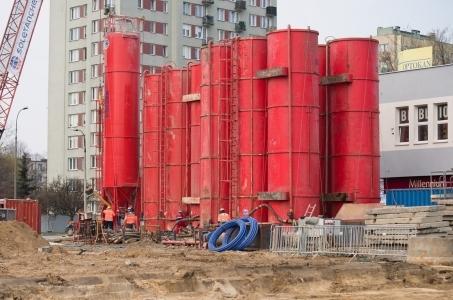 Warszawa. Budowa metra na Bródnie - mikrotunele i murki prowadzące.