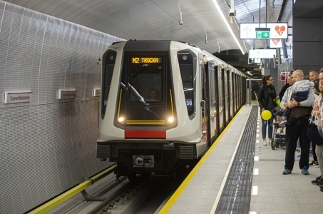 Warszawa. Metro wozi miliony.