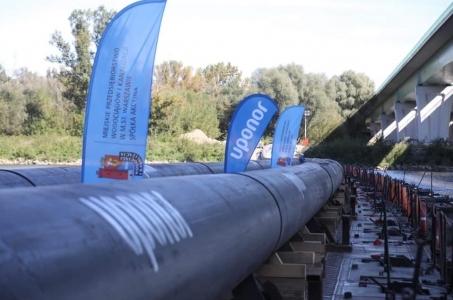 Warszawa. Rozpoczęto próbny próbny przesył ścieków rurami po moście pontonowym.