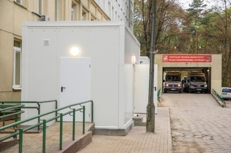 Warszawa. Przy Szpitalu Bielańskim działają już kontenery medyczne.