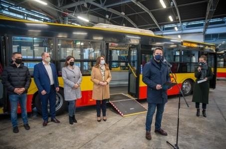 Warszawskie autobusy gotowe do transportu chorych.